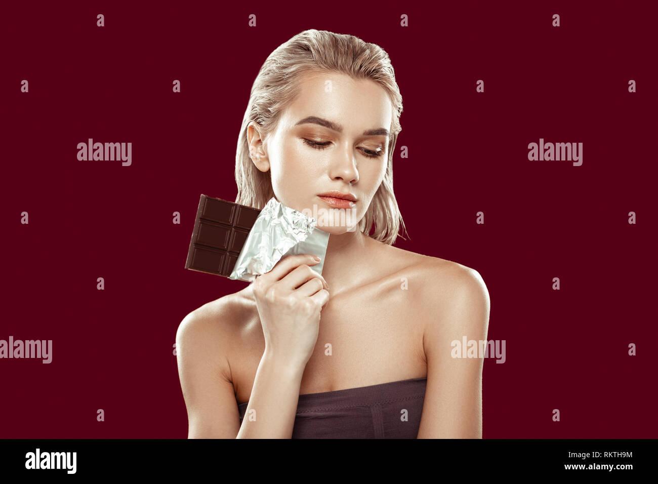 Modèle prenant part à la campagne de saine alimentation chocolat holding Photo Stock