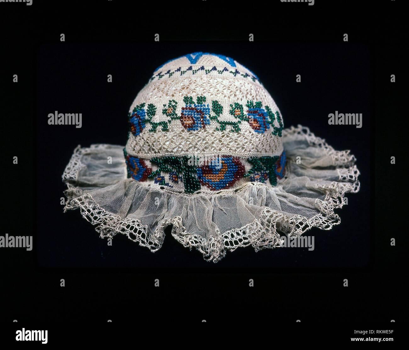 Cap de l'enfant - 19ème siècle - Europe - Origine: Europe, Date: 1801-1900, moyenne: Coton, tricot coton ordinaire avec la dentelle; bordées de linge de maison Banque D'Images