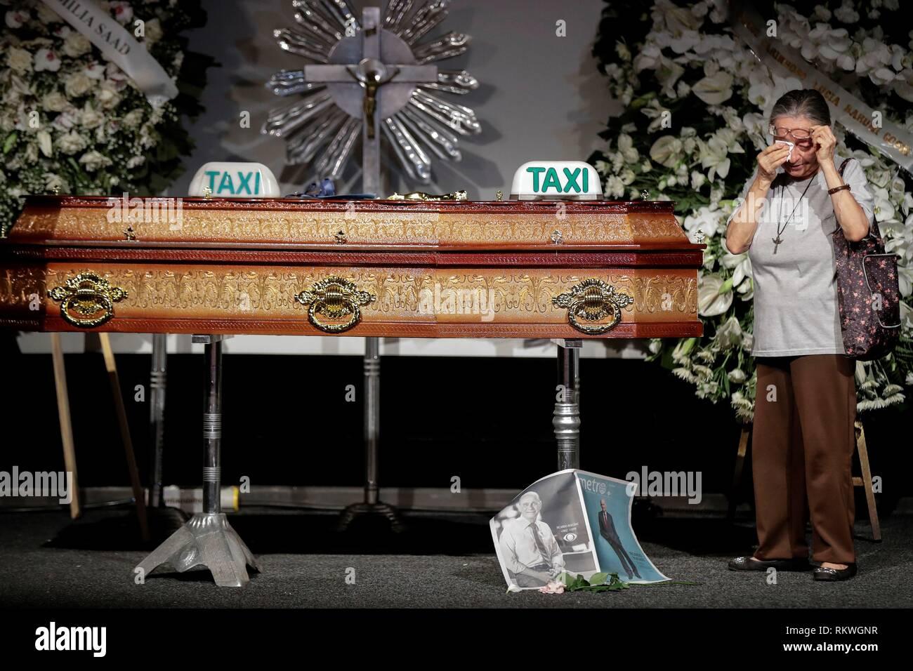 Sao Paulo, Brésil. 12 Février, 2019. Une femme pleure à côté du cercueil de la célèbre journaliste et présentateur de télévision brésilien Ricardo Boechat, durant son service, au Musée de l'image et du son (MIS) de la ville de Sao Paulo, Brésil, 12 février 2019. Boechat a été l'une des deux victimes de l'accident d'hélicoptère le lundi à Sao Paulo. Credit: Sebastiao Moreira/EFE/Alamy Live News Photo Stock