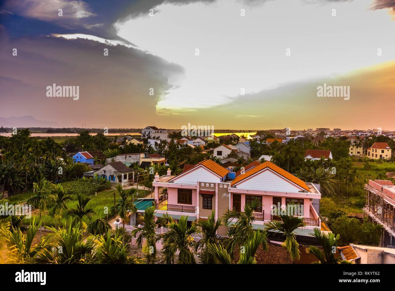 Le lever du soleil, Hoi An, Vietnam. La rivière Thu Bon en arrière-plan. Photo Stock