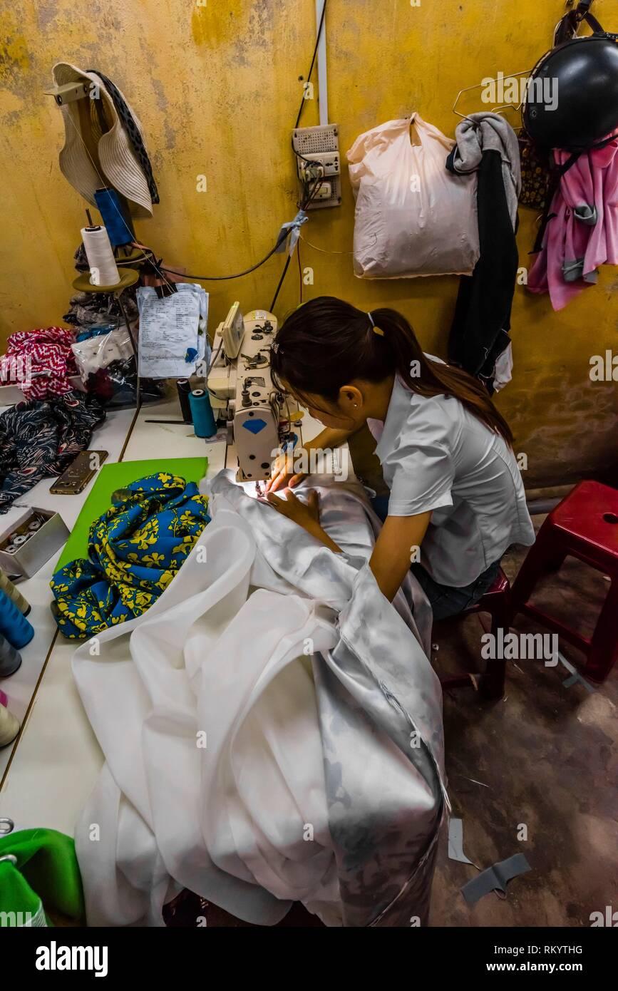 Tailleurs au travail sur les vêtements, l'Yaly Couture, la plus prestigieuse sur mesure sur mesure et shoemaker à Hoi An, au Vietnam. Photo Stock