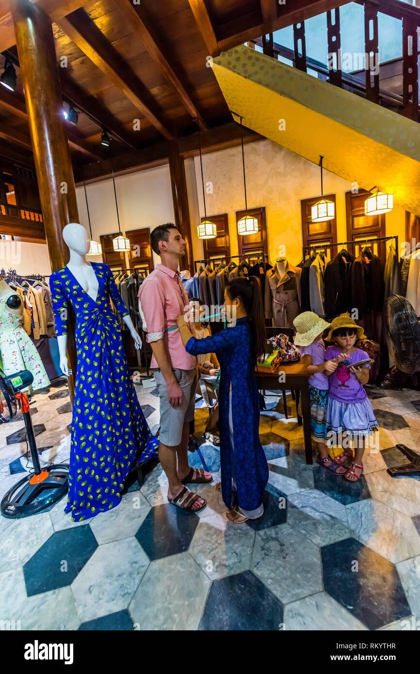 Un premier client pour meaurements un costume, Yaly Couture, la plus prestigieuse sur mesure sur mesure et shoemaker à Hoi An, au Vietnam. Photo Stock