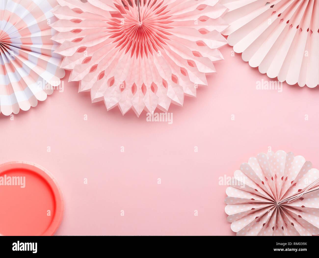 Le papier chinois fans de couleurs pastel rose sur table, vue de dessus, l'espace de copie de texte, de la mise au point sélective. Les plaques de papier parti en corail vivant. Photo Stock