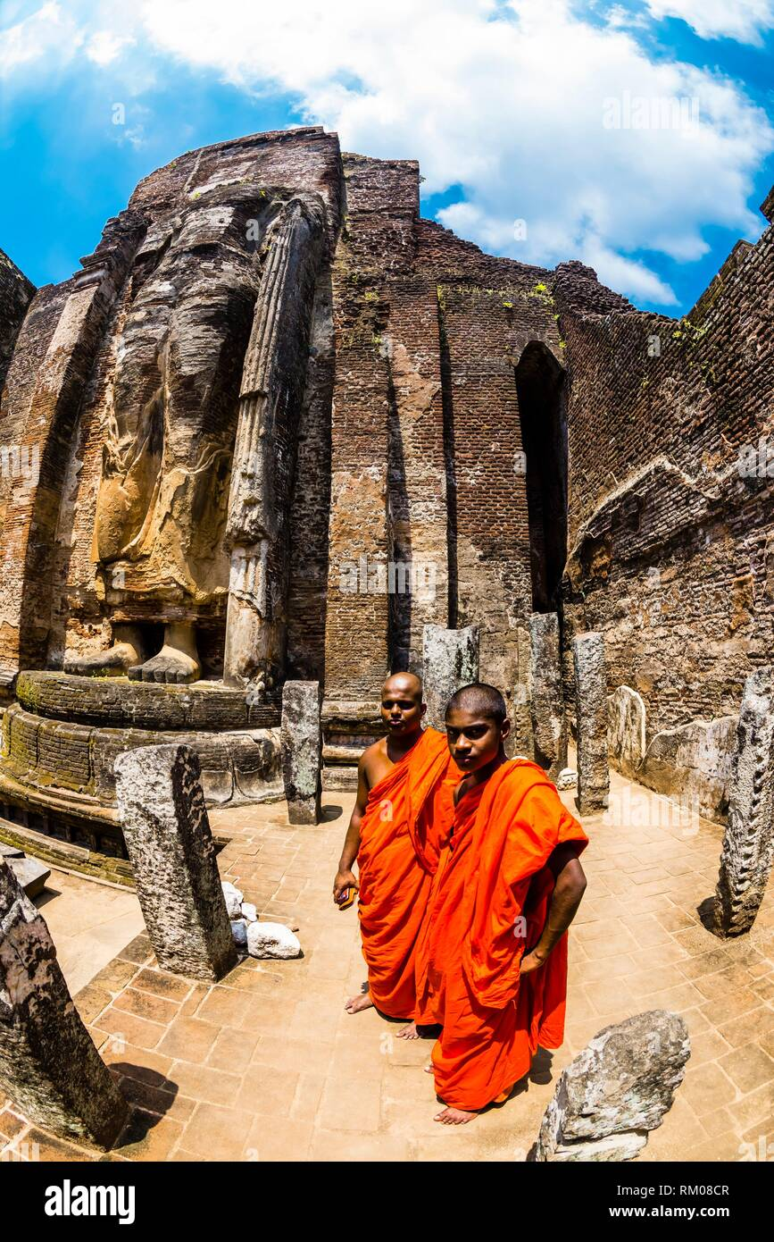 Statue du Bouddha sans tête, Lankatilaka Vihara , Ruines de l'ancienne ville, Polonnaruwa, Sri Lanka. Photo Stock