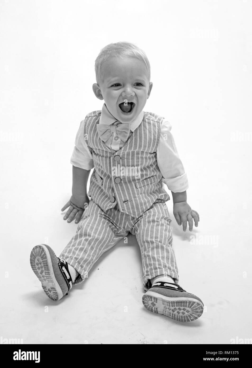 68af21a60e918 Fashion boy. Petit enfant heureux sourire. Garçon enfant avec fashion look.  Petit bébé mode dans l'usure. Fashionist adorable. Les tendances de la mode  pour ...