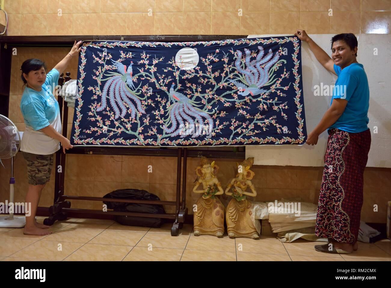 Tissu batik de la SOE Oey Tjoen usine de batik, Pekalongan, l'île de Java, en Indonésie, en Asie du sud-est. Photo Stock