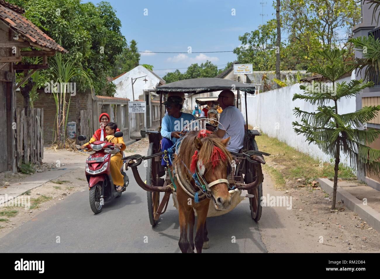 ''Okar'' équitation, chariot, un moyen de transport indonésienne typique, Lasem, l'île de Java, en Indonésie, en Asie du sud-est. Photo Stock