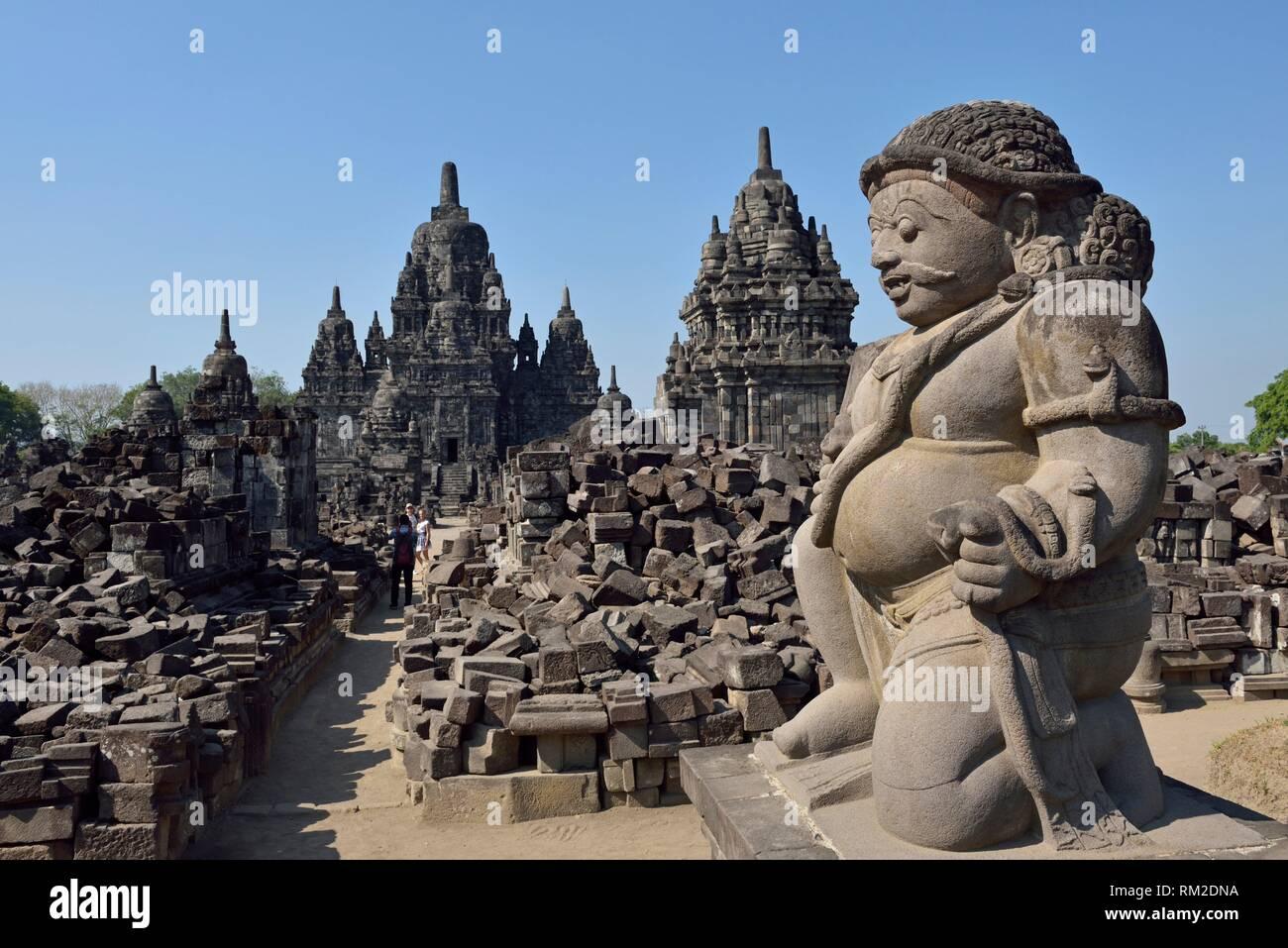 Stone Gate guardian (dvarapala) de Temple Sewu composé, huitième siècle temple bouddhiste situé au nord de l'ensemble de Prambanan, région de Photo Stock