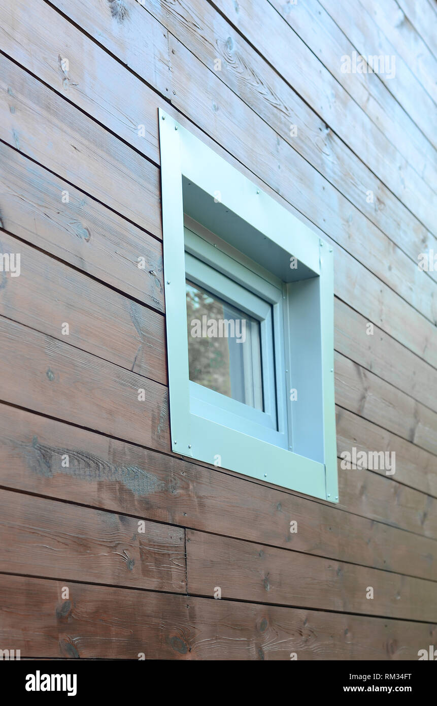 Fenêtre PVC Plastique en façade de maison en bois passive moderne mur. Les fenêtres en PVC le numéro un dans l'efficacité énergétique de la chambre Photo Stock