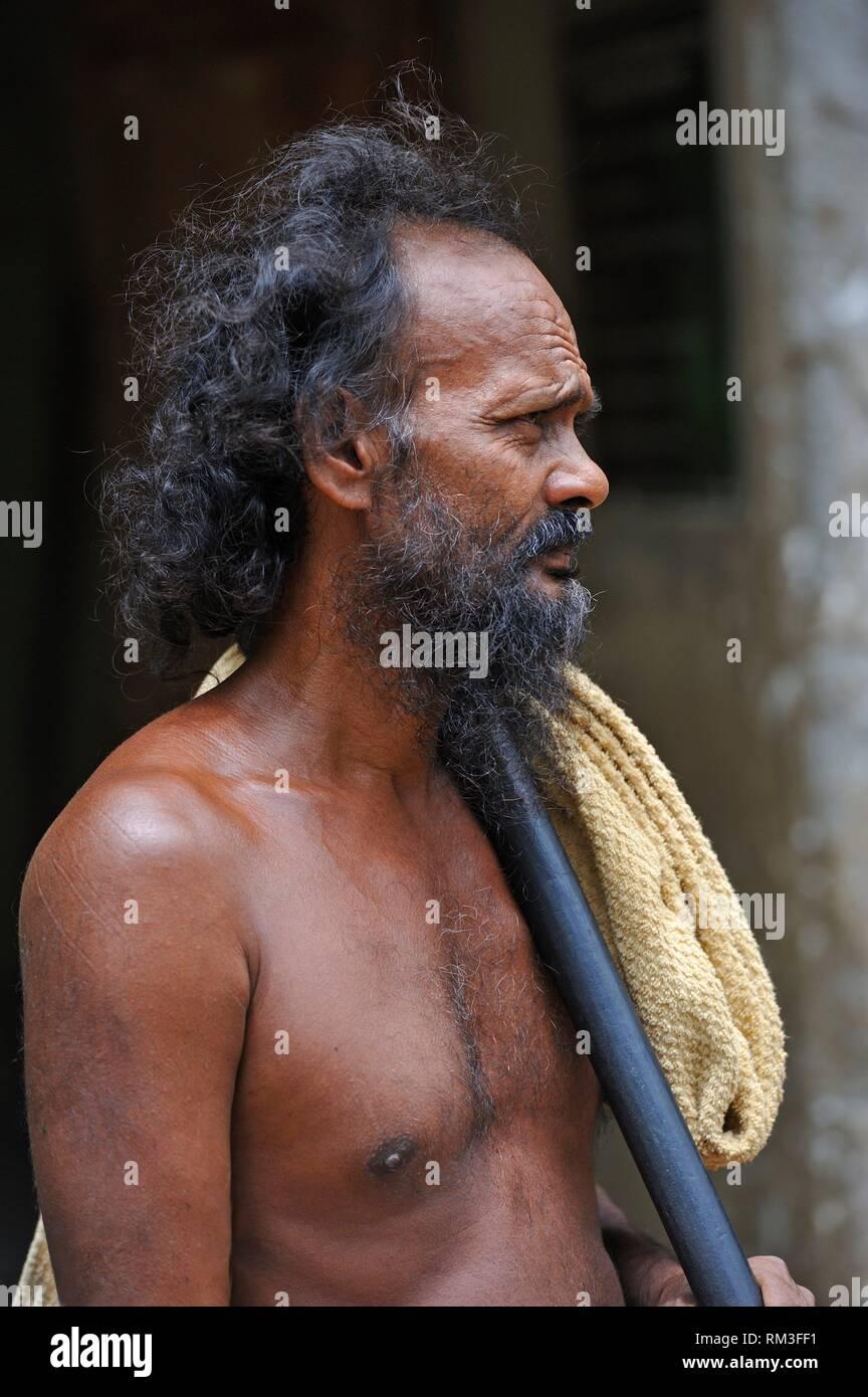 Chef d'un village veddha, un groupe indigène minoritaire Gal Oya, Parc National, la province d'Uva, au Sri Lanka, Inde, Asie du Sud. Photo Stock