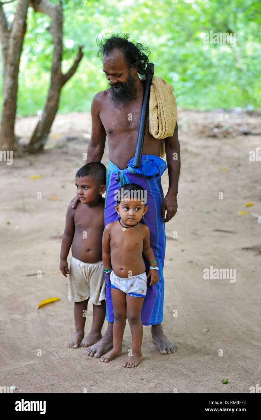 Chef d'un village veddha avec ses enfants, un groupe indigène minoritaire Gal Oya, Parc National, la province d'Uva, au Sri Lanka, Inde, Afrique du Photo Stock