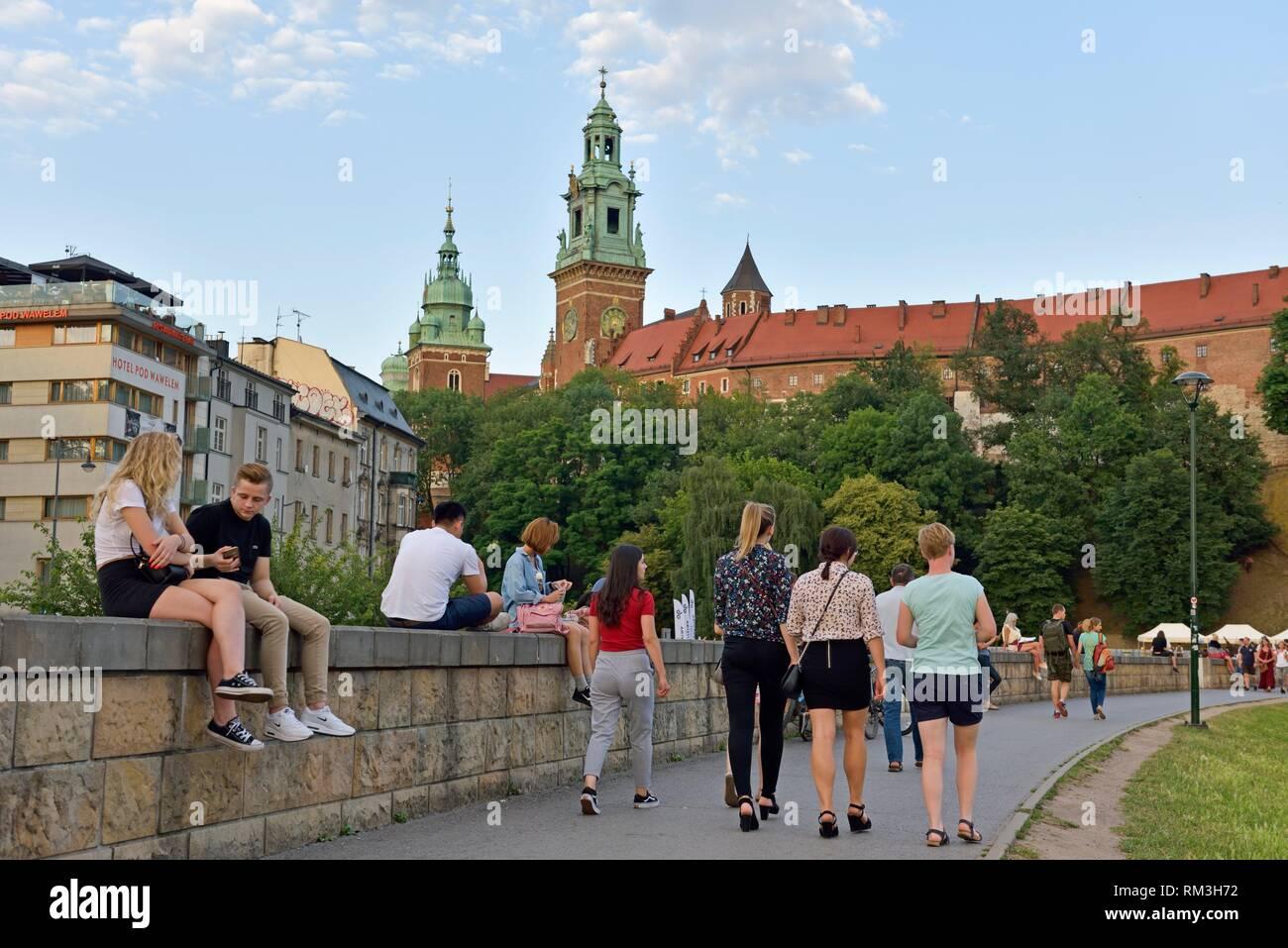 Trottoir le long de la Vistule, au pied du château de Wawel, la province de Malopolska (Petite Pologne), la Pologne, l'Europe centrale. Banque D'Images