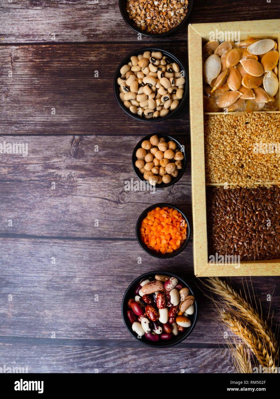 Les graines de haricots, lentilles, pois sur table en bois sain, riche en fibres alimentaires, les aliments riches en vitamine A, E, B, K, Mg, calcium, phosphore, fer, acide folique et Photo Stock