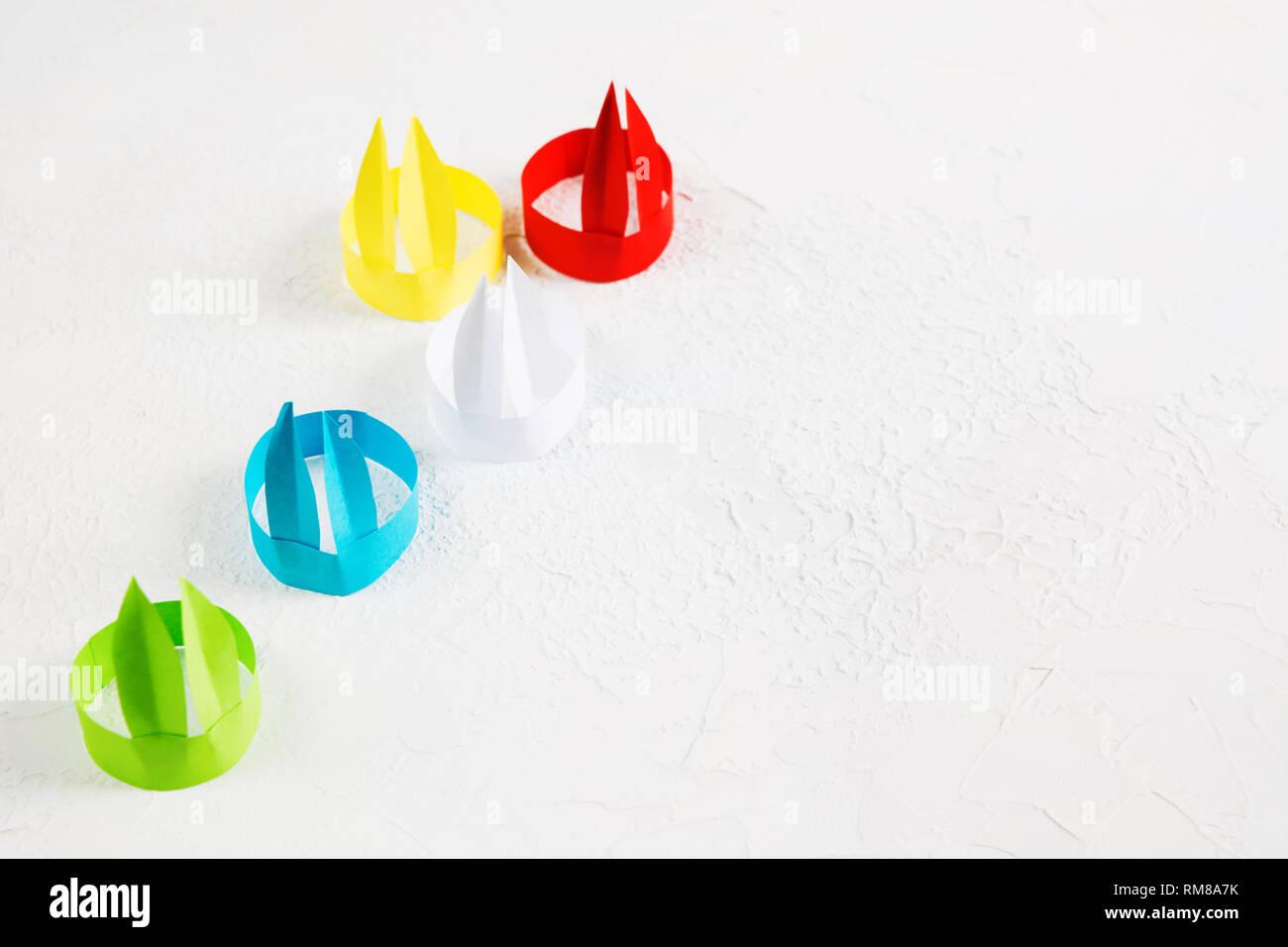 Oreilles De Lapin En Papier Colorés Sur Fond Blanc Avec Lu0027espace De Copie  Papier