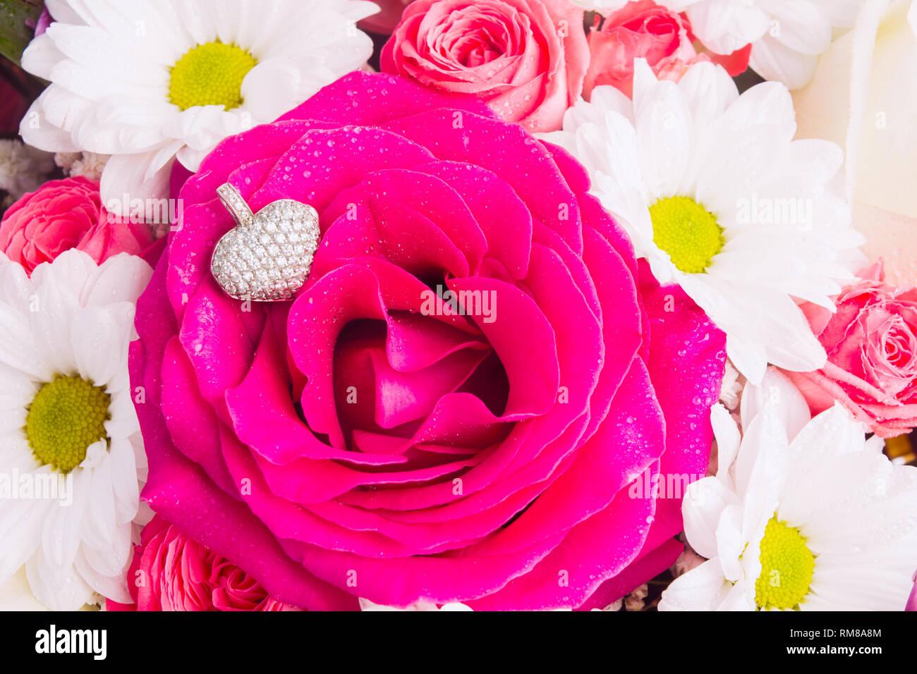 Pendentif En Or Blanc En Forme De Coeur Avec Plus De Rose