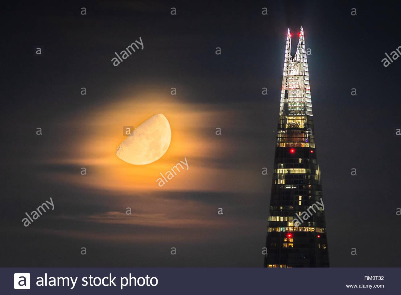 Londres, Royaume-Uni. 8Th Feb 2019. Météo France: un 62% Lune gibbeuse se couche sur la ville, notamment la construction de gratte-ciel d'échardes dans les premières heures du jeudi. Crédit: Guy Josse/Alamy Live News Photo Stock