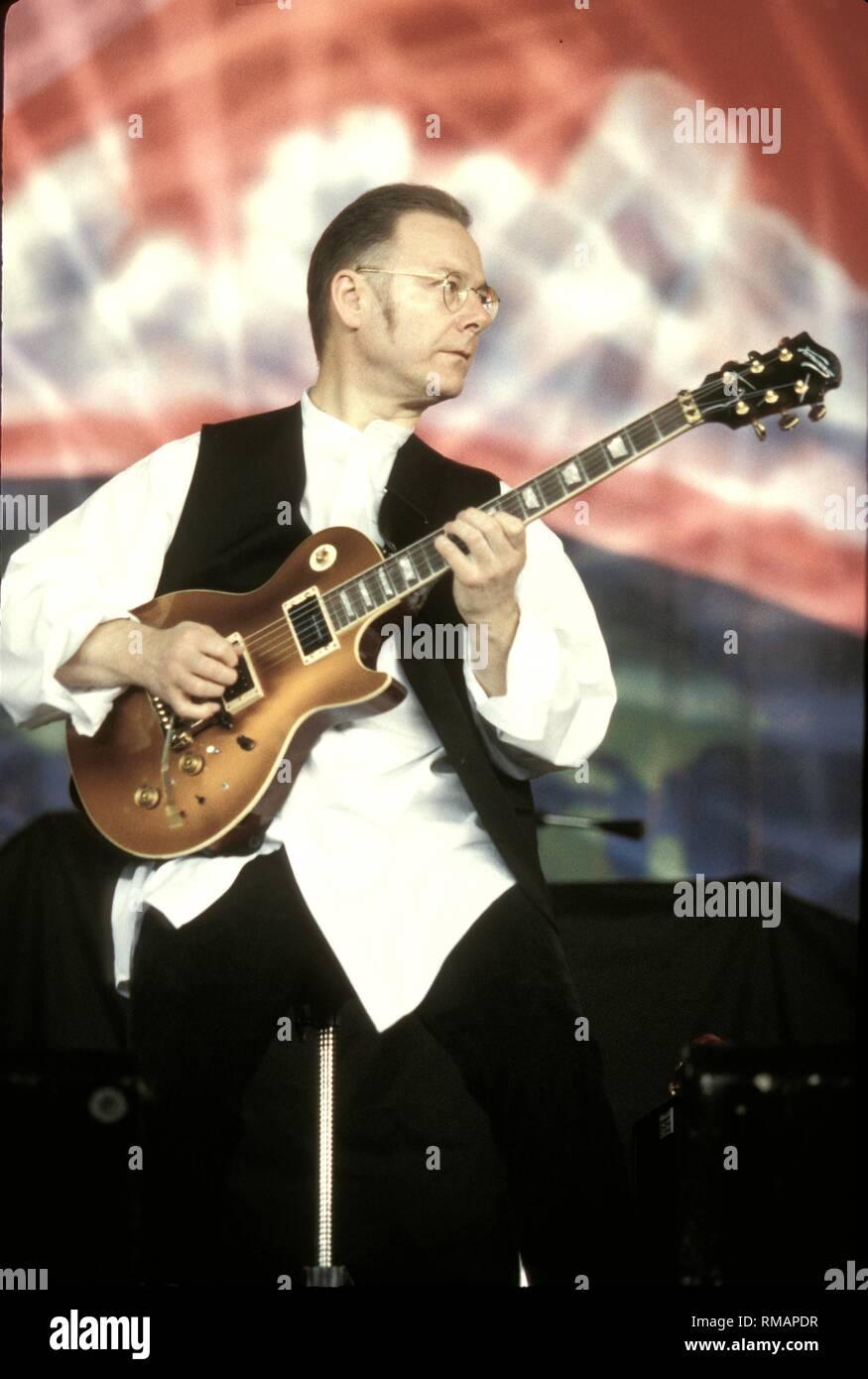 Robert Fripp fondateur de King Crimson est montré sur scène pendant un concert en direct de l'apparence. Photo Stock