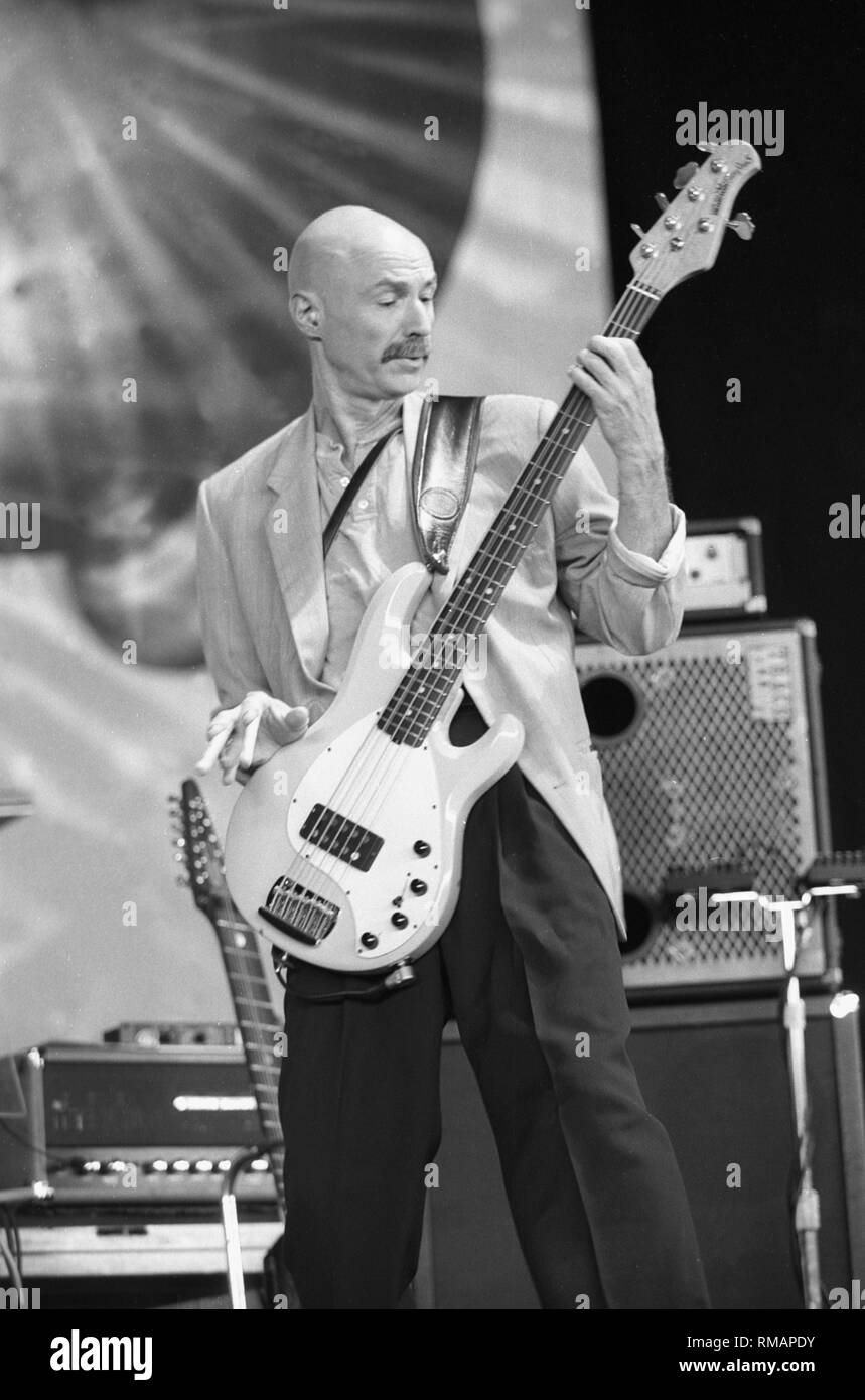 Le bassiste Tony Levin du groupe de rock progressif King Crimson est montré sur scène pendant un concert en direct de l'apparence. Photo Stock