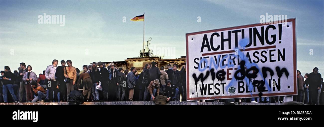 Des milliers de résidents de l'Est et l'ouest de Berlin de célébrer l'ouverture de la frontière dans la nuit du 9 novembre 1989, sur le mur de Berlin à la porte de Brandebourg. Photo Stock