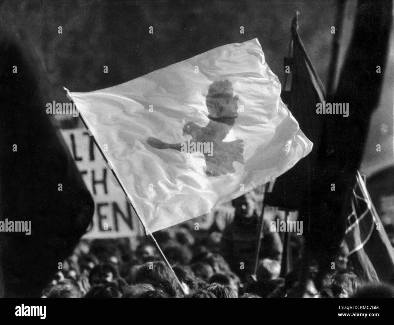 Le symbole du mouvement de la paix: la colombe de la paix sur une bannière. Photo Stock