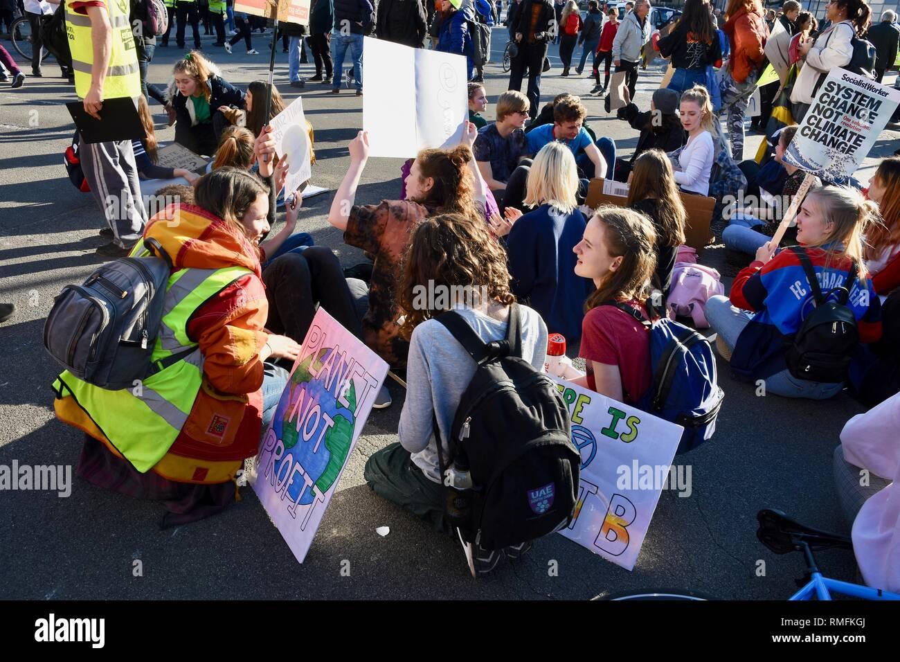 Les jeunes manifestants ont bloqué le trafic avec une protestation s'asseoir.Le changement climatique,Démonstration de Parliament Square, London.UK Photo Stock