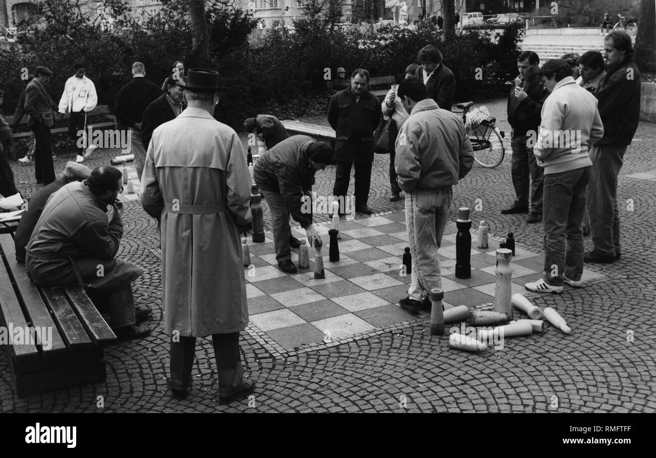 Les hommes jouent aux échecs sur un parc au Muenchner Freiheit à Munich. Banque D'Images