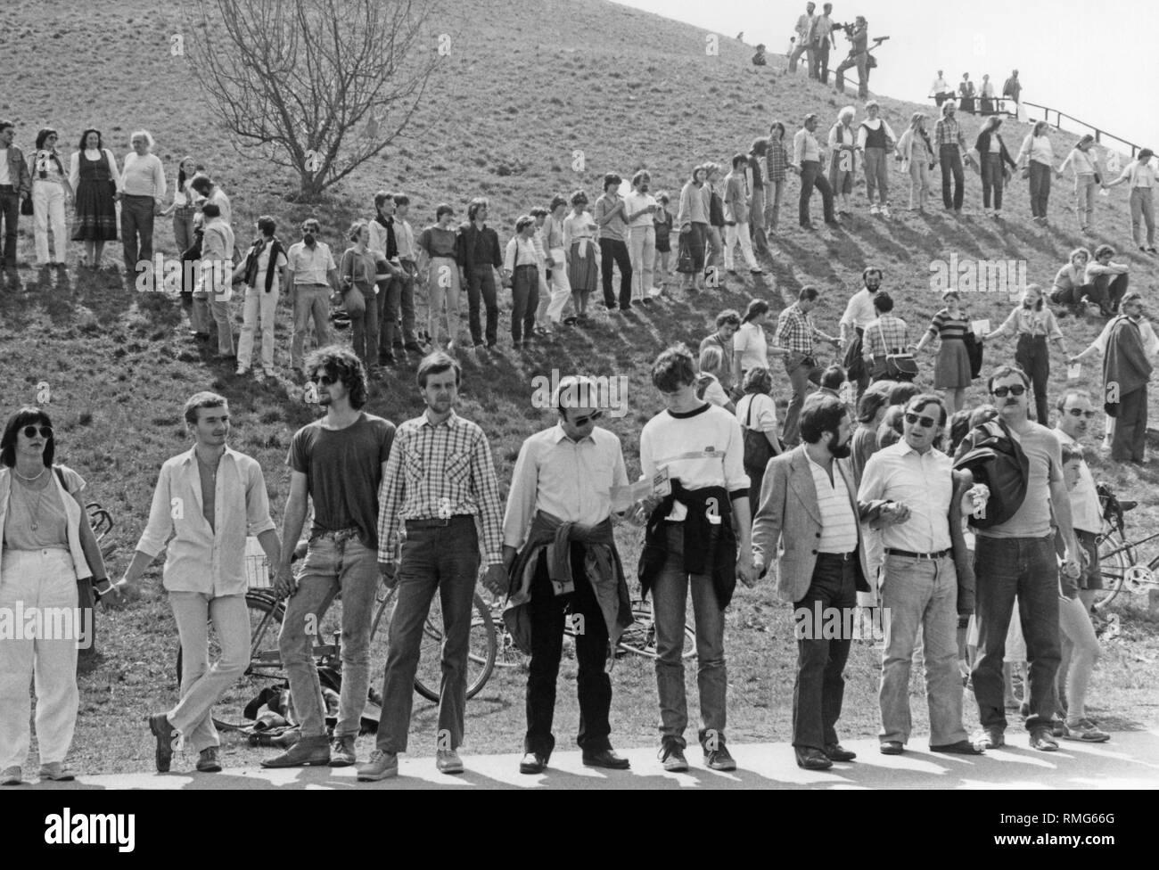 À Pâques 1984, le mouvement de la paix à Munich forme une chaîne humaine. Photo Stock