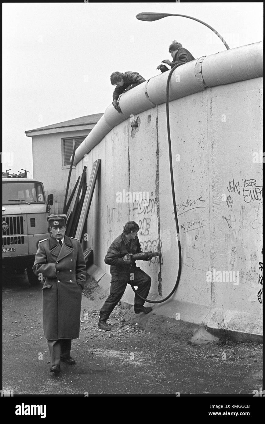 Déjà en décembre 1989, les gardes-frontières de la RDA commencent à démolir le mur de Berlin dans certains secteurs de la ville. Ici, les travaux de démolition au passage de la frontière, Heinrich Heine Strasse dans Kreuzberg. Photo Stock