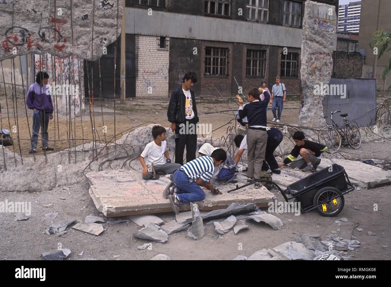 À la frontière de l'ancien 'Checkpoint Charlie' dans le quartier de Kreuzberg, jeunes turcs vendent des morceaux du mur de Berlin pour les touristes. Photo Stock