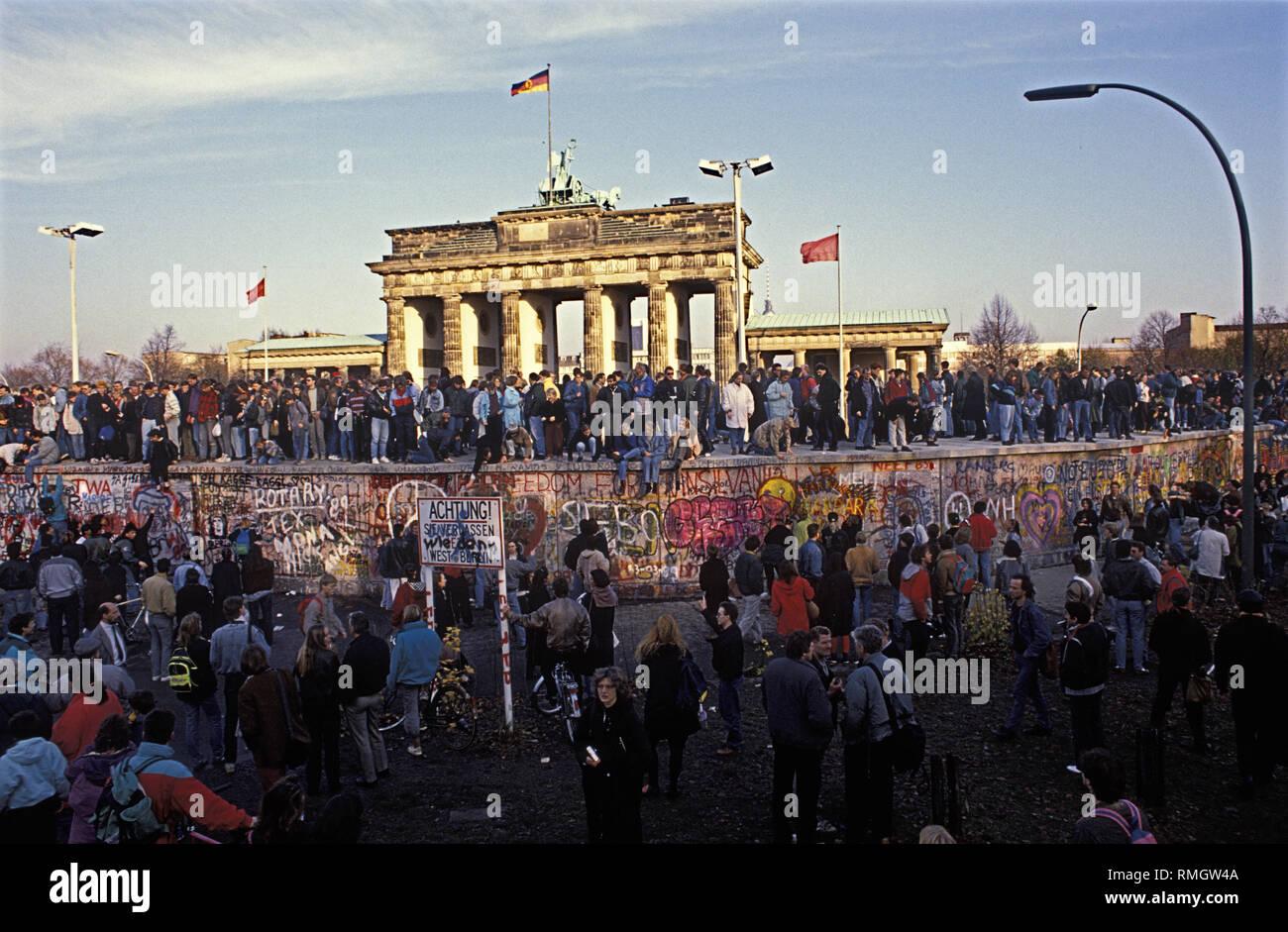 Des milliers de Berlinois de l'Ouest et l'Est de célébrer l'ouverture de la frontière dans la nuit du 9 novembre 1989, sur le mur de Berlin à la porte de Brandebourg. Photo Stock