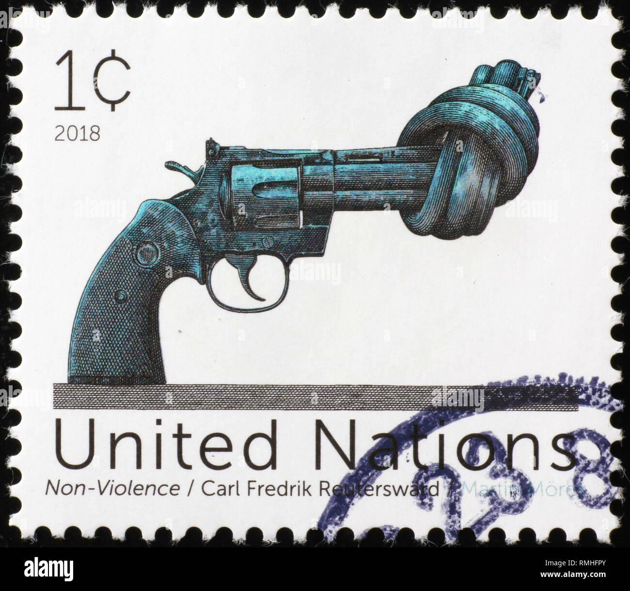 Noeud sur un pistolet en timbre de l'Organisation des Nations Unies Photo Stock