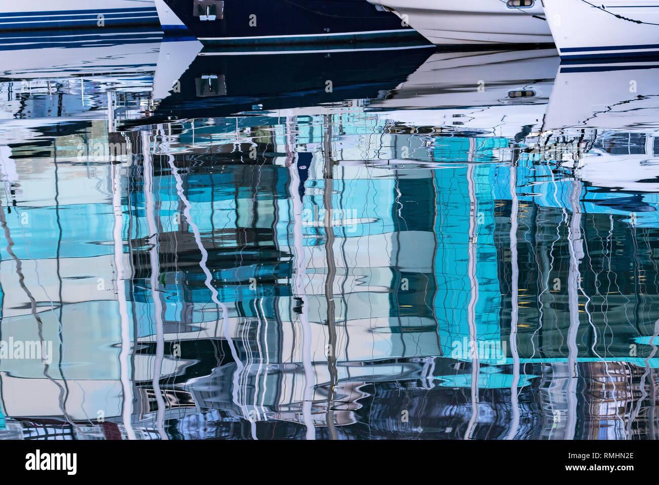 Reflets dans la mer, sur une journée calme. À partir de l'un des ports de plaisance à Bergen, Norvège Banque D'Images