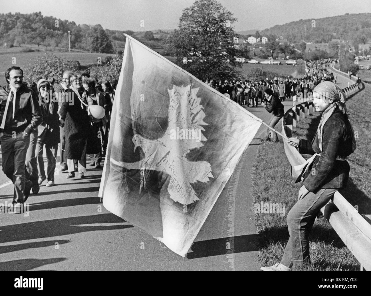 Les membres du mouvement de paix forment une chaîne humaine entre Stuttgart et Neu-Ulm. (Sans lieu) Photo Stock