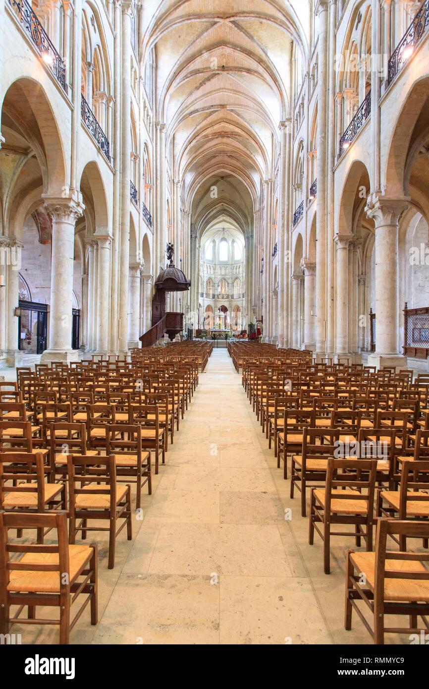 La Cathédrale de Noyon (Cathédrale Notre-Dame de Noyon), le nord de la France: intérieur de la cathédrale, sans que personne à l'intérieur Photo Stock
