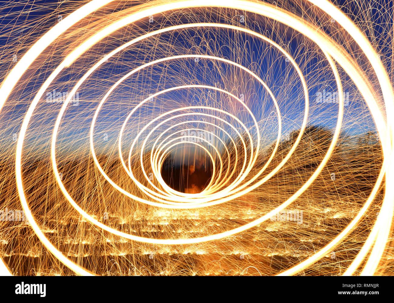 La laine d'acier la photographie. Des sentiers de lumière créé par des étincelles pendant une longue exposition photographie de brûler la laine d'acier. Photo Stock