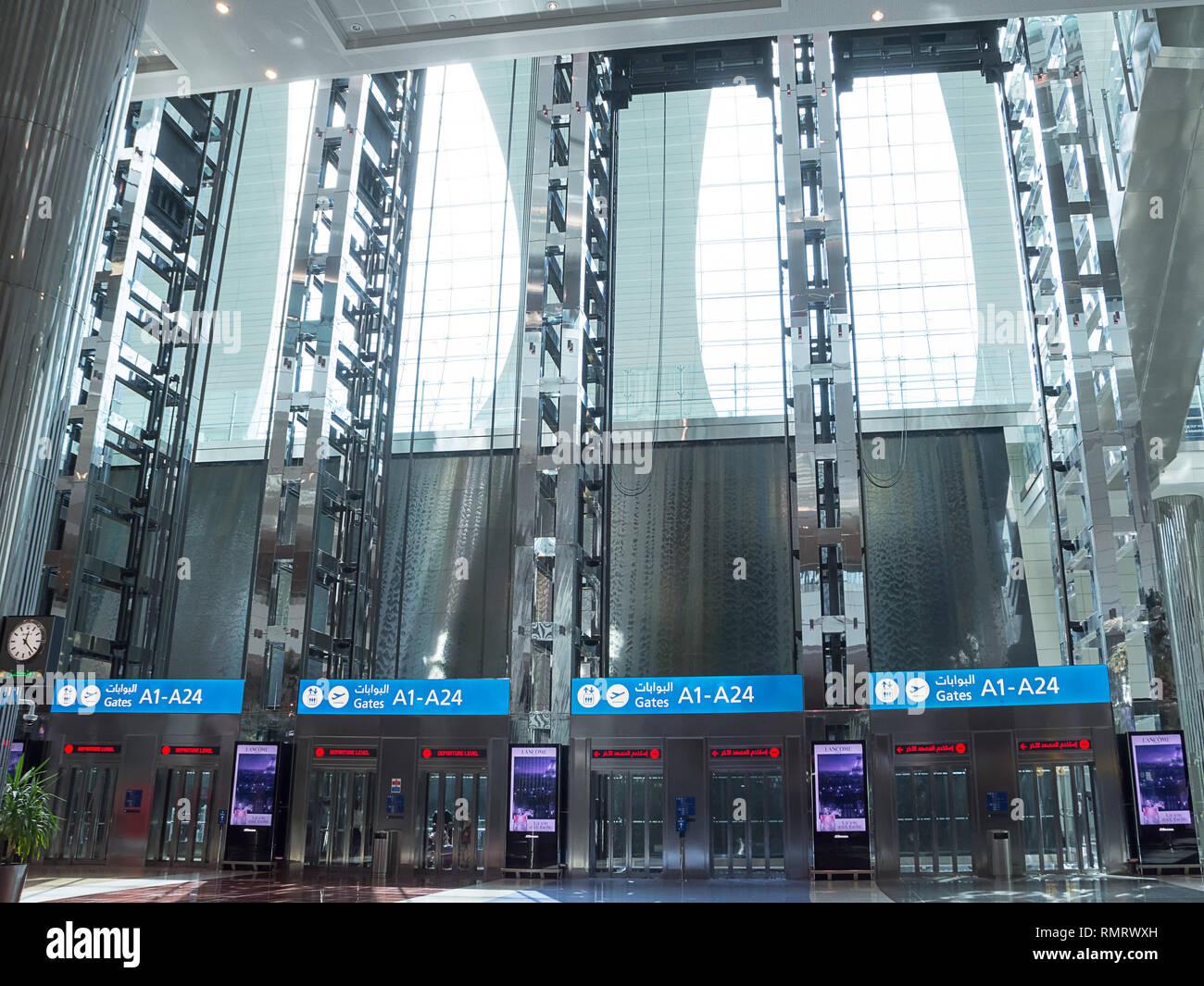 Dubaï, Oman - Novembre 8, 2018: remontées à l'aéroport de Dubaï sans que personne Photo Stock