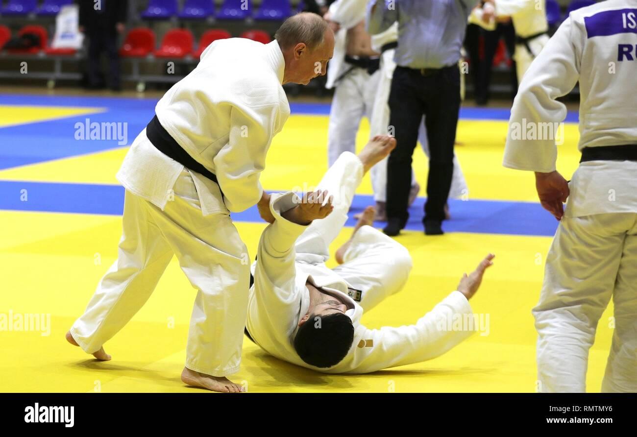 Le président russe Vladimir Poutine au cours d'espars pratique judo avec l'équipe de judo russe au cours d'une visite au Centre de formation Yug-Sport le 14 février 2019 à Sotchi, Russie. Photo Stock