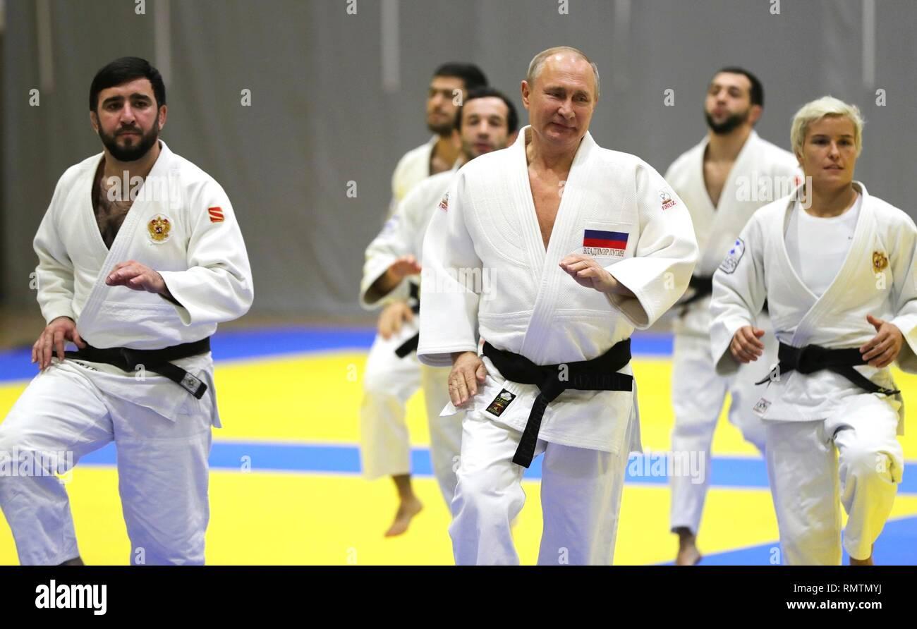Le président russe Vladimir Poutine se réchauffe au cours de la pratique de judo avec l'équipe de judo russe au cours d'une visite au Centre de formation Yug-Sport le 14 février 2019 à Sotchi, Russie. Photo Stock