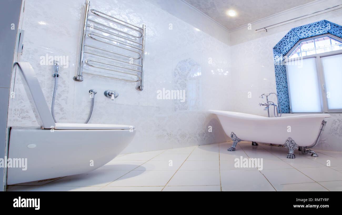 Bel intérieur d\'une salle de bains moderne. Architecture d ...