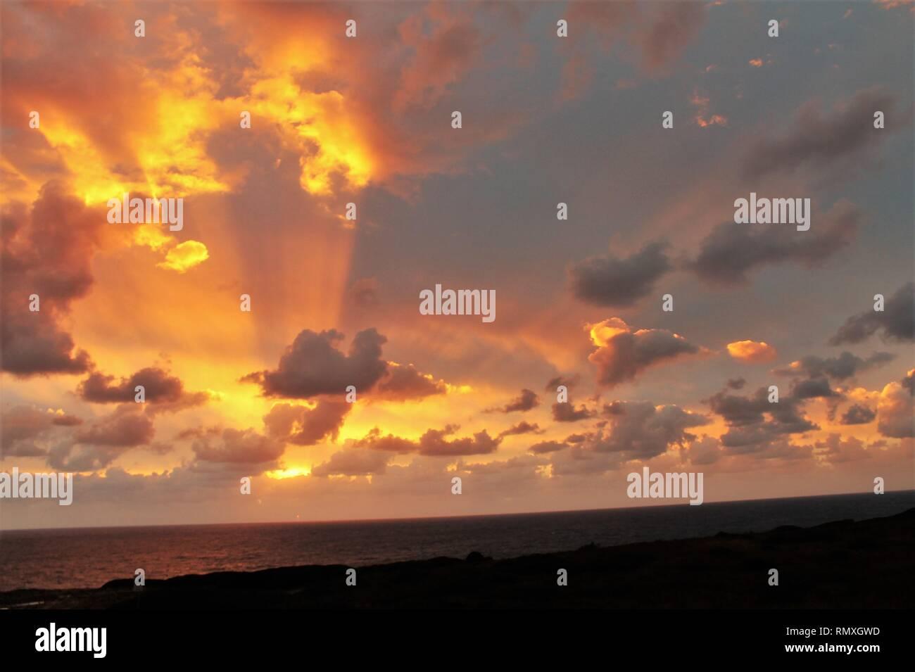 Coucher De Soleil Sur La Mer Avec Des Couleurs Intenses Banque D