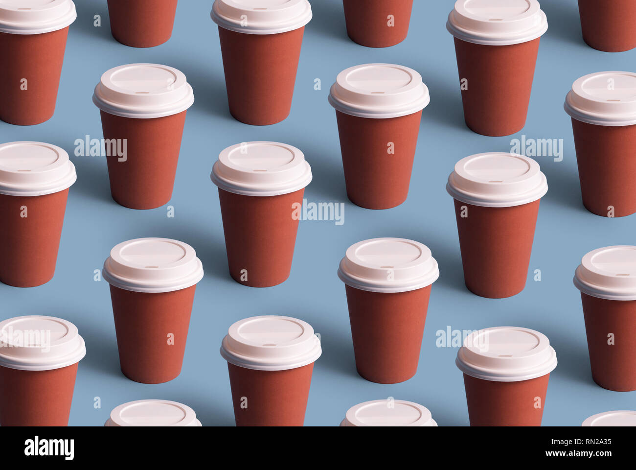Tasses à café jetables organisé en une ligne sur fond bleu Banque D'Images