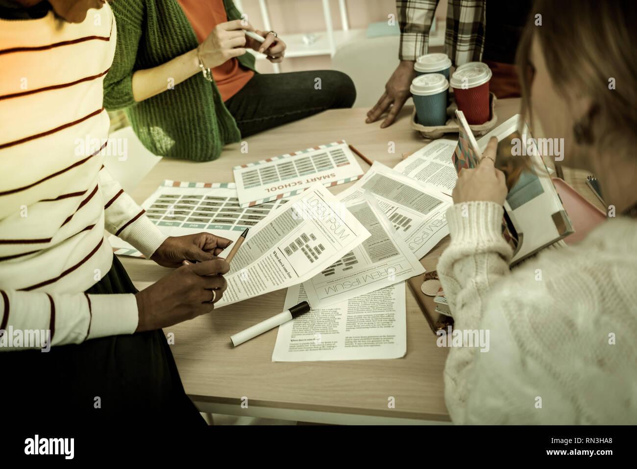 Boire un peu de café et les élèves discutent de leur étude de groupe Photo Stock