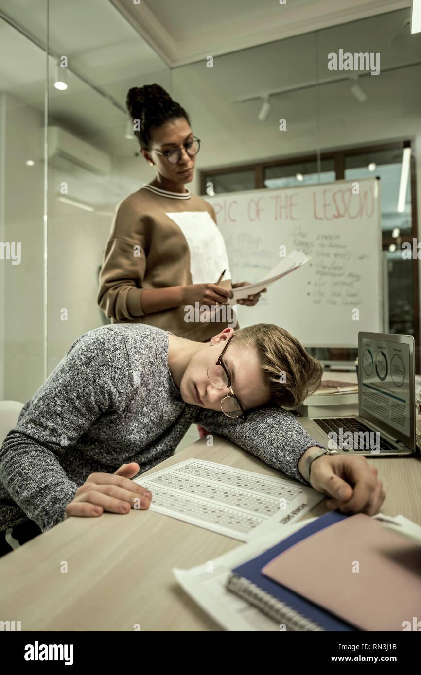 Professeur d'origine afro-américaine, debout près de motivation des élèves paresseux Photo Stock