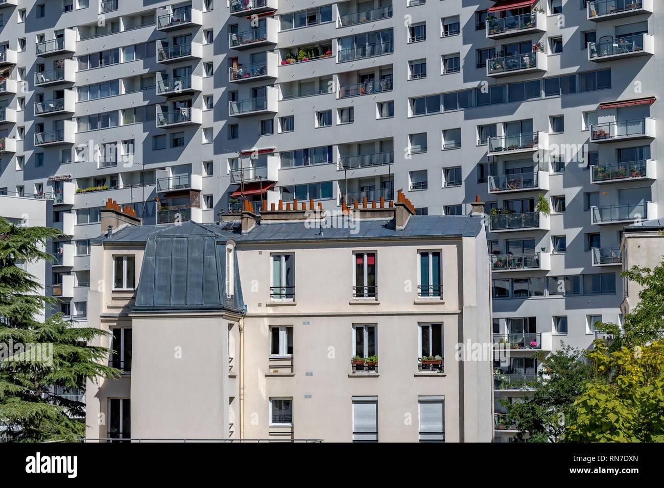 Une maison à Paris éclipsé par un grand bloc d'appartement dans le 12ème arrondissement de Paris,France Banque D'Images