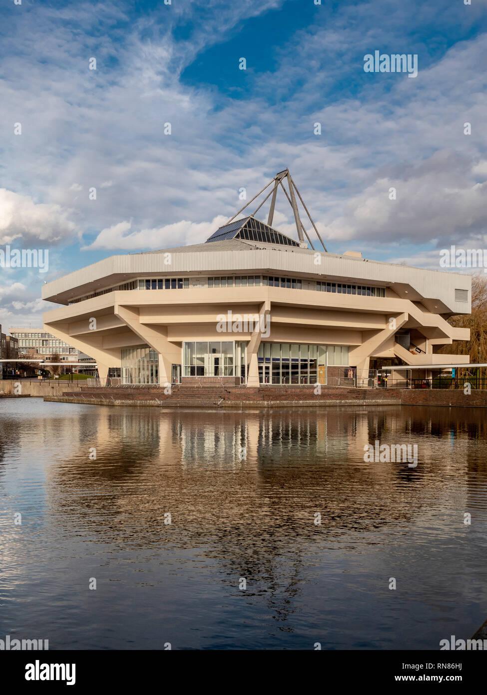 Hall central et le lac à l'Université de York, Royaume-Uni. Exemple de l'Architecture brutaliste des années 60 Photo Stock