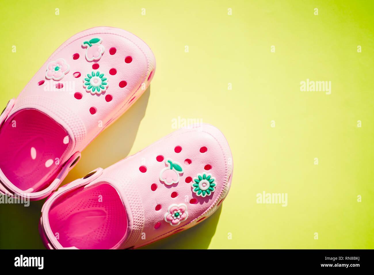 ac2f0a31ad0ee Sandales rose isolé sur fond lumineux.chaussures en caoutchouc sur un fond  blanc. Les