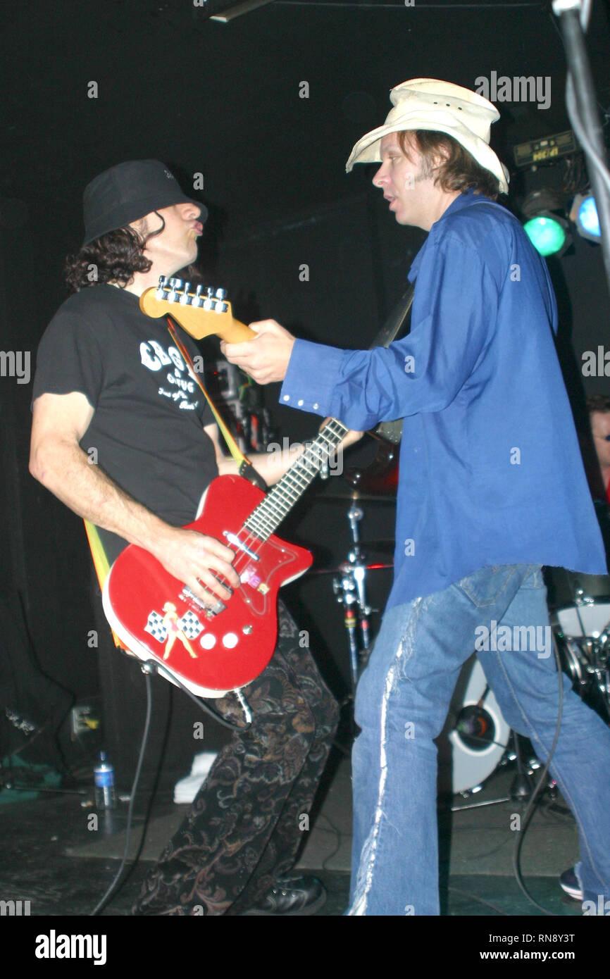 Le bassiste Dada Joie Calio est indiqué d'effectuer au cours d'un concert en direct de l'apparence. Photo Stock