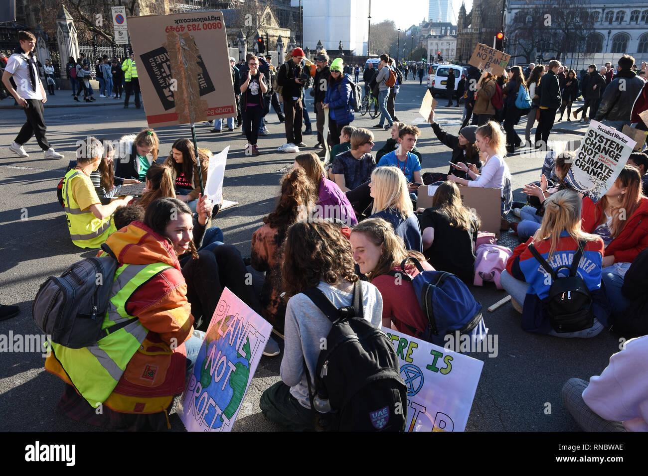 Asseoir l'élève protester contre le changement climatique.protestation École,la place du Parlement, Westminster, London.UK Photo Stock