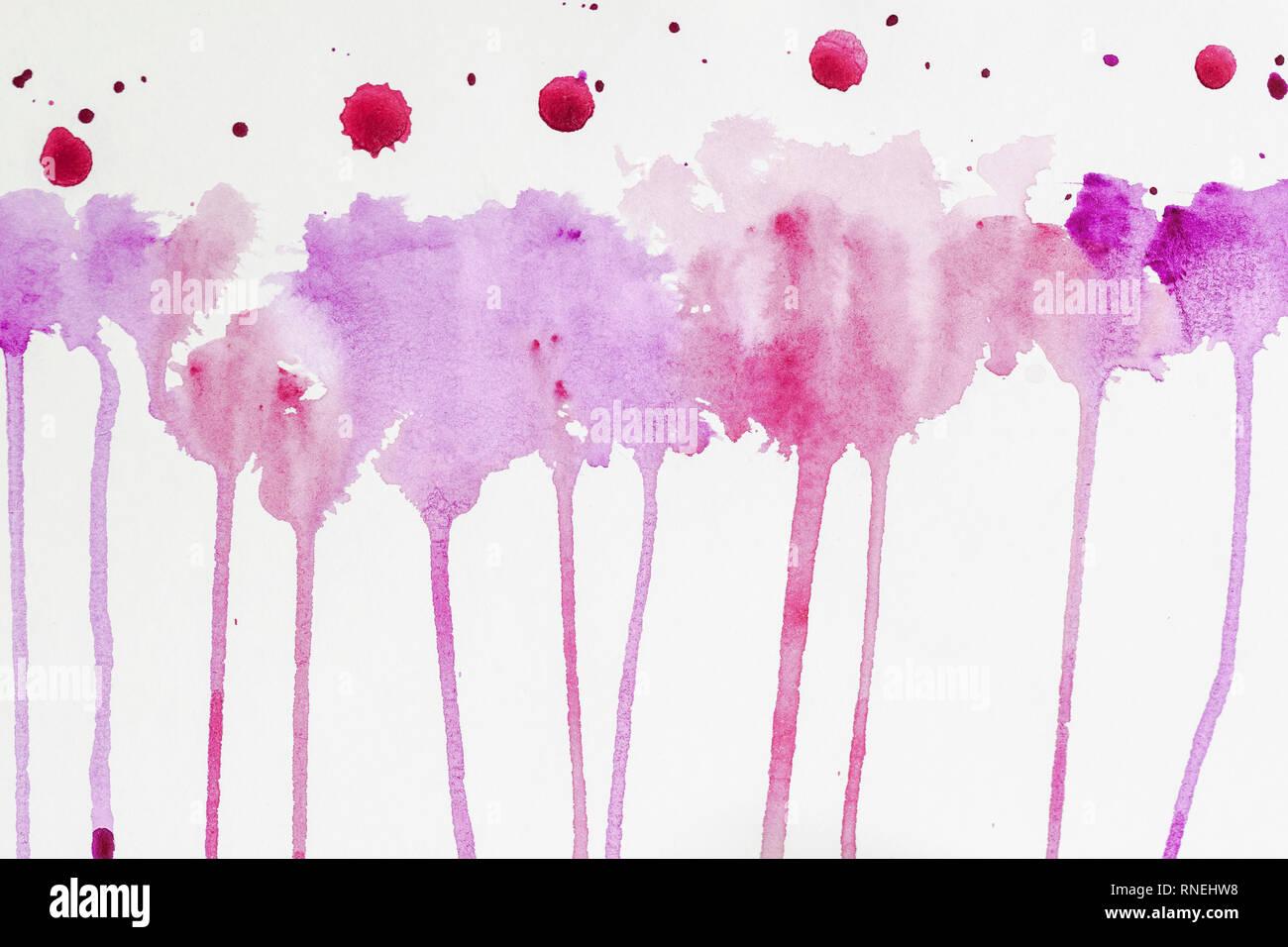 Aquarelle en cours à la main. Aquarelle abstraite, les taches colorées de texture dans les tons de pourpre et violet couleurs sur papier blanc Banque D'Images