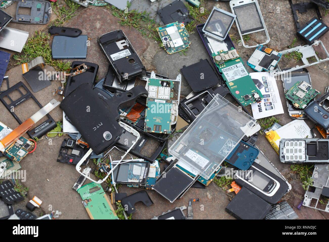 Les déchets électroniques, les vieux smartphones brisé gisant sur le sol, l'Allemagne, l'Europe, alte Elektroschrott JE Smartphones kaputte auf dem Boden liegend, Deutsch Photo Stock